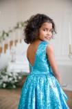 Детское платье со шлейфом из пайеток, цвет голубой с белым